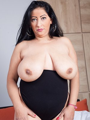 First Photoshoot Cyntia Cypr Busty Milf