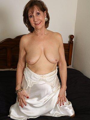 Sexy Cougar Lynn Posing