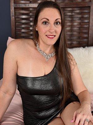 MILF Melanie Hicks Posing