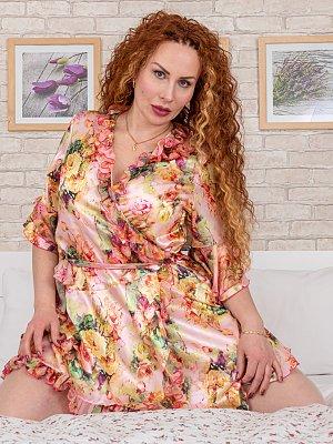 Redhead MILF with big nipples gets wet
