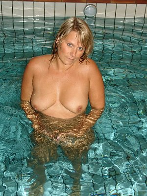 Amateur Susi in the Pool